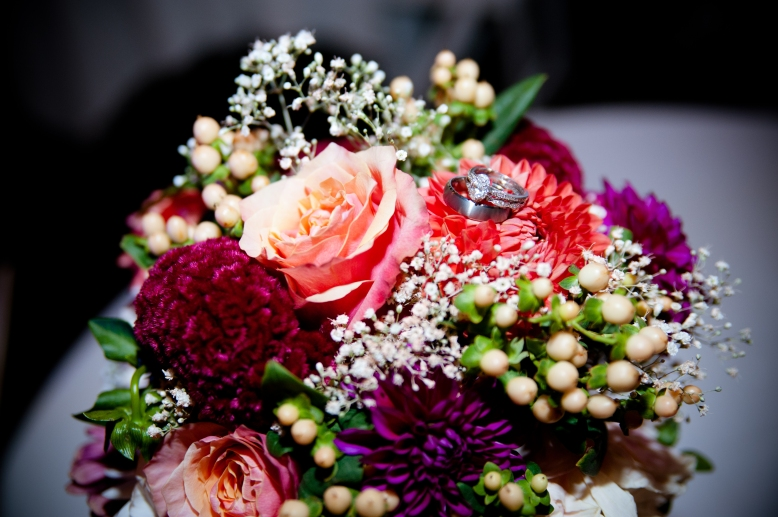 wedding-rings-bouquet